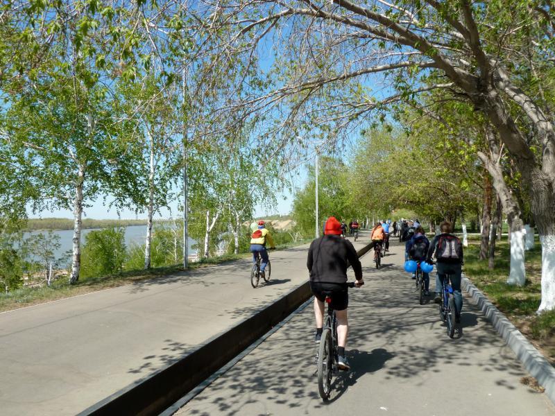 20140507. Участники открытия вело-сезона на набережной реки Иртыш.