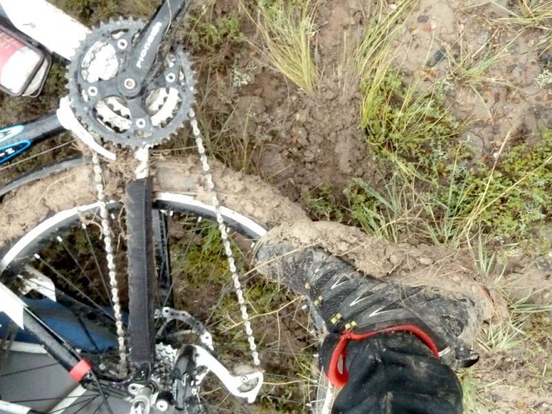 """Пример эффективного отрабатывания защитного щитка между верхними и нижними задними перьями рамы у заднего колеса велосипеда """"Viva Mamba, 2010"""", закрывшего от грязи передний переключатель передач."""