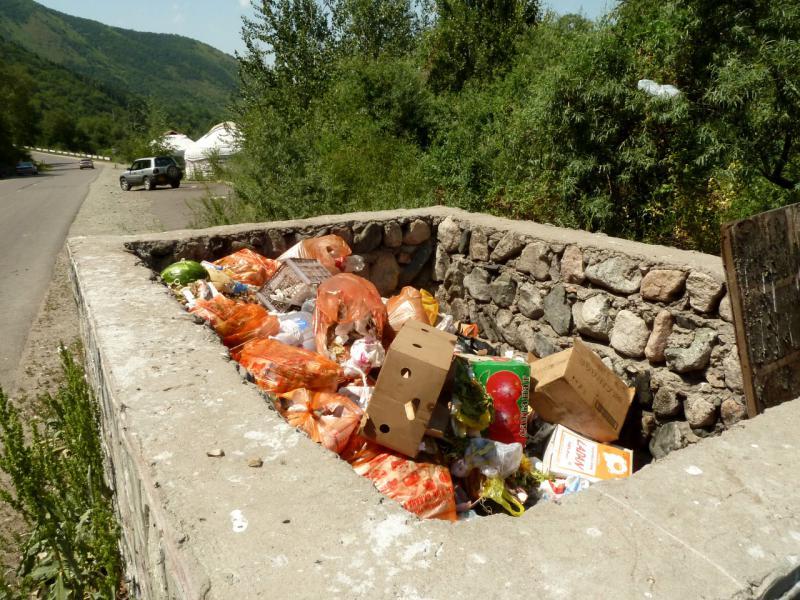 """20140715. Мусорные """"ямы"""" вдоль дороги в Большом Алматинском Ущелье."""