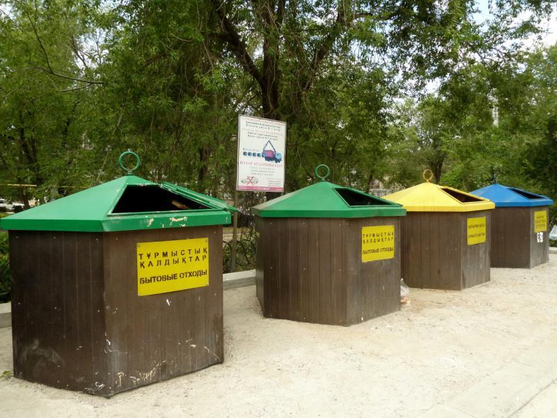 20140717. Алматинские мусорные ямы-контейнеры.