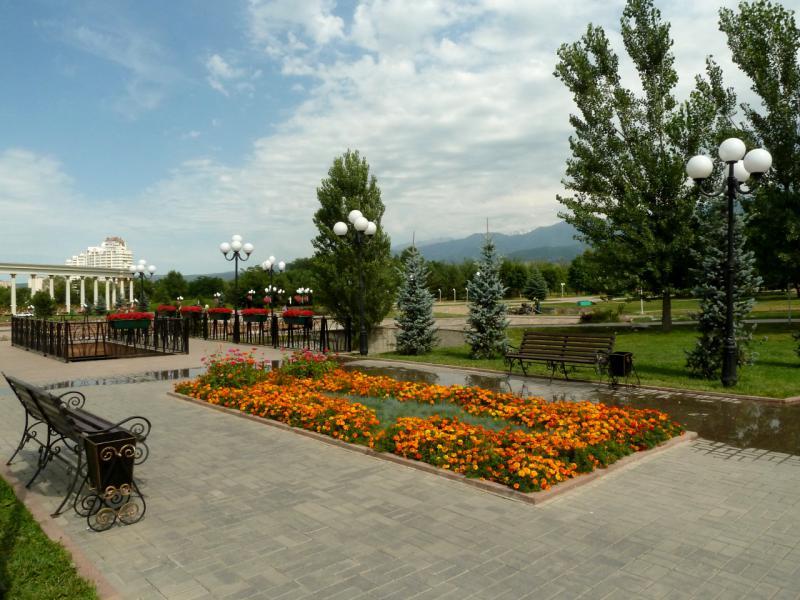 20140724. Алматы. Парк первого президента. Неподалеку от центрального входа, у мостика через искусственную речку.