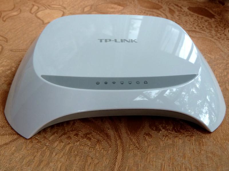 TP-Link TL-WR720N: вид сверху-спереди, на панель индикаторов.