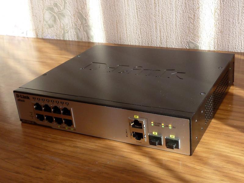 """Управляемый Layer-3 коммутатор """"D-Link DES-3200-10"""": вид спереди."""