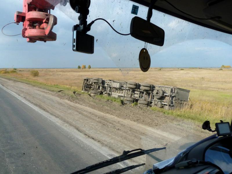 20140924. Один из многих грузовиков на обочине дороги, водитель которого заснул за рулём.