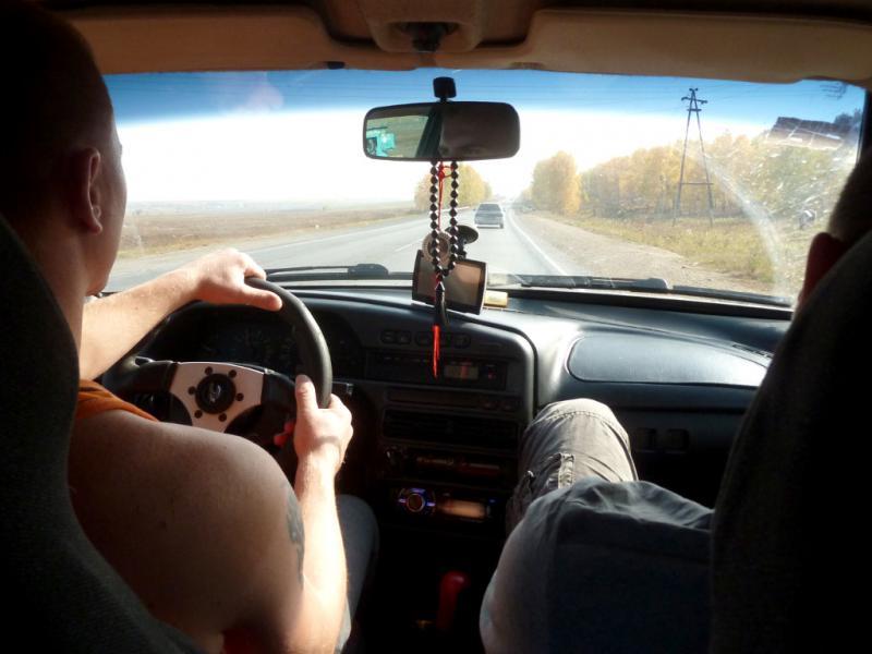 """20140926. Парни из Чипышево, """"летят"""" на старенькой машинке так, что у меня в животе спазмы случились."""