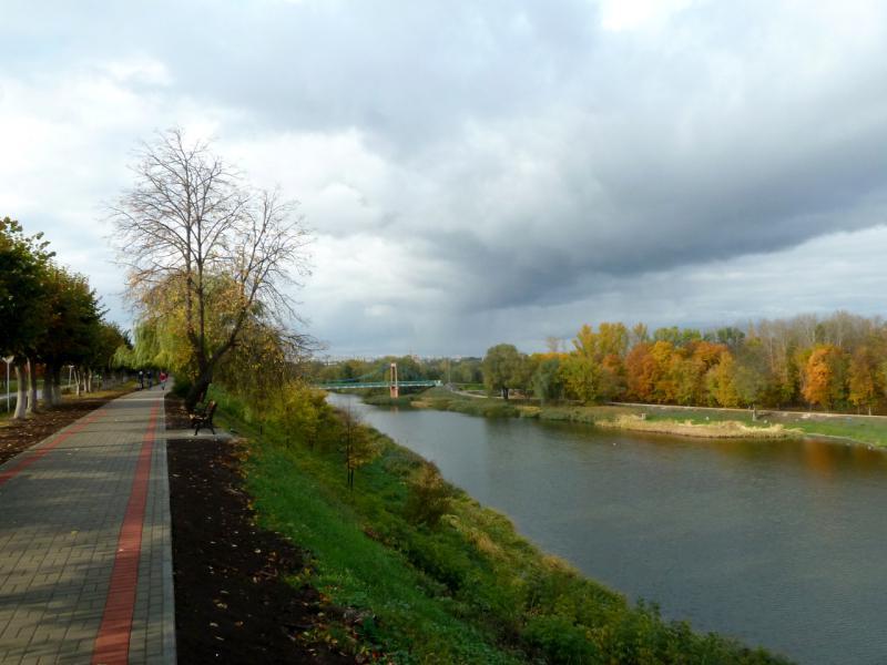 20141001. Тамбов. Набережная канала реки Цна, вид на пешеходный мост.