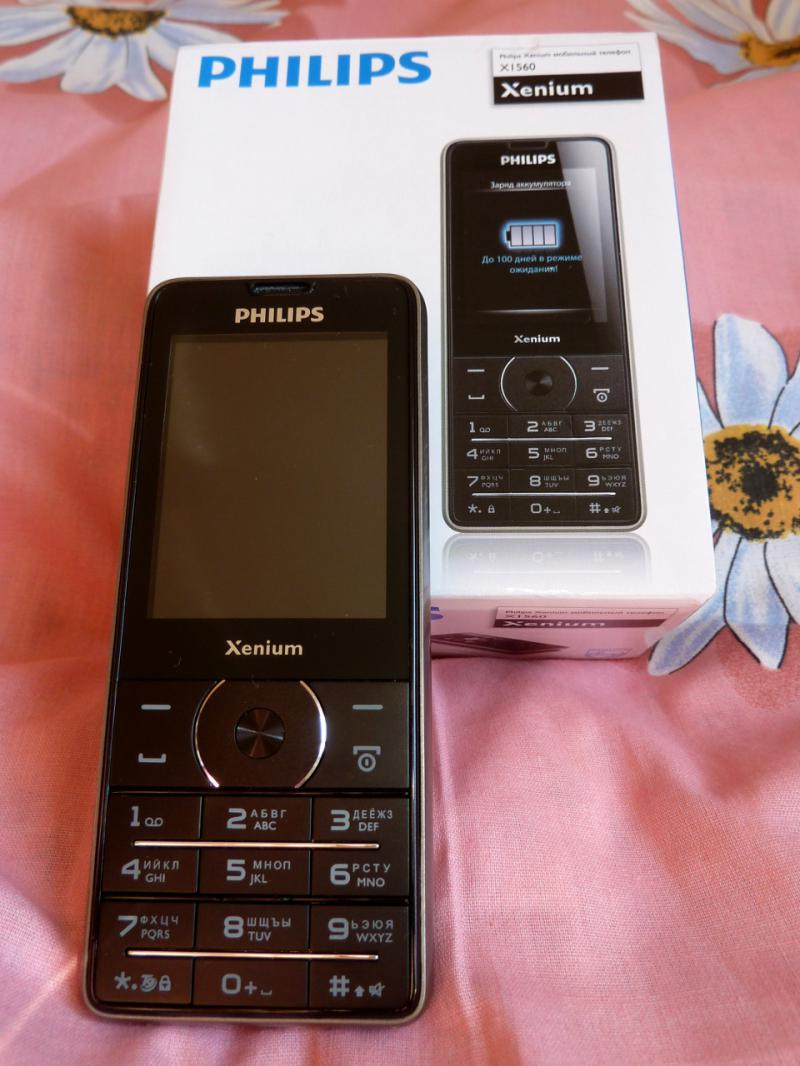 """Очень простой """"двух-симочный"""" телефон Philips Xenium X1560, вся суть которого в максимально ёмкой аккумуляторной батарее."""