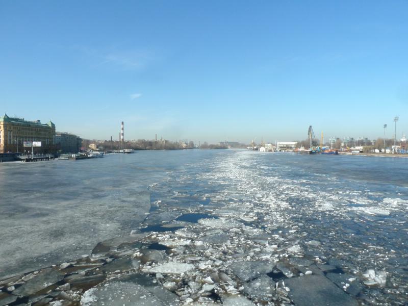 20150314. Вид с разводного Тучкова моста на реку Малая Нева, где по фарватеру недавно прошёл ледокол.