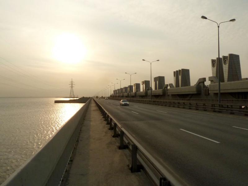 20150327. Вид на участок кольцевой автодороги Санкт-Петербурга A-118, пролегающий по кронштадтской дамбе, с восточной её оконечности.