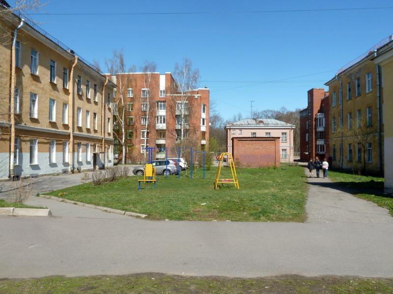 20150503. Кронштадтское. Во дворе жилых домов у Петровской улицы.