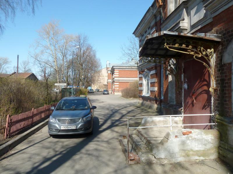 20150503. Кронштадтское. Во дворе домика у Обводного канала.
