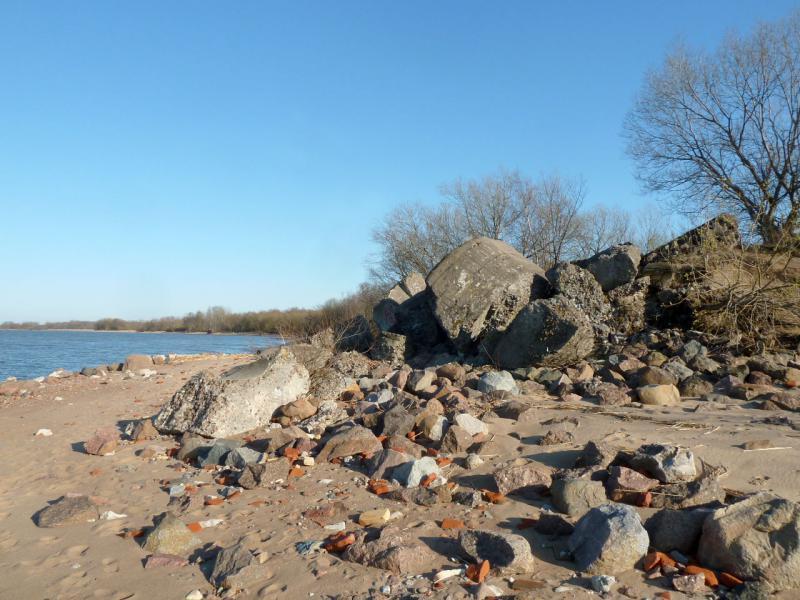 20150503. Кронштадтское. Развалины взорванного ДОТ-а на северо-западном побережье Западного Колтина.