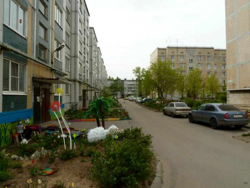 20160516. Во дворе одного из микрорайона посёлка городского типа имени Морозова, стоящего на истоке Невы напротив городка Шлиссельбург.