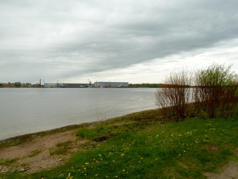 20160516. Вид на реку Нева и предприятия городка Шлиссельбург на противоположном берегу.