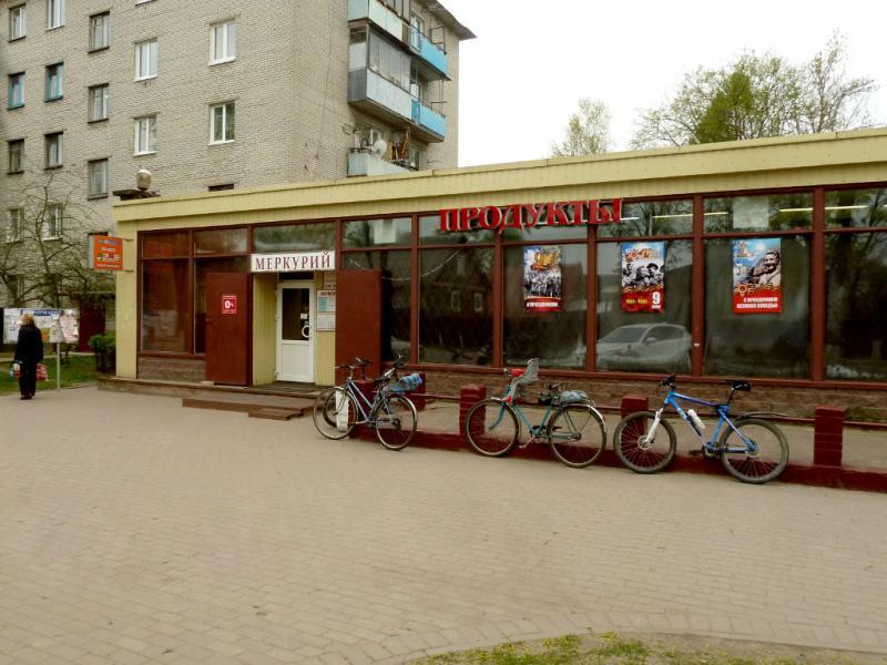 20160516. У магазина на пересечении улиц Ленинградская и Томилина в посёлке Дубровка.
