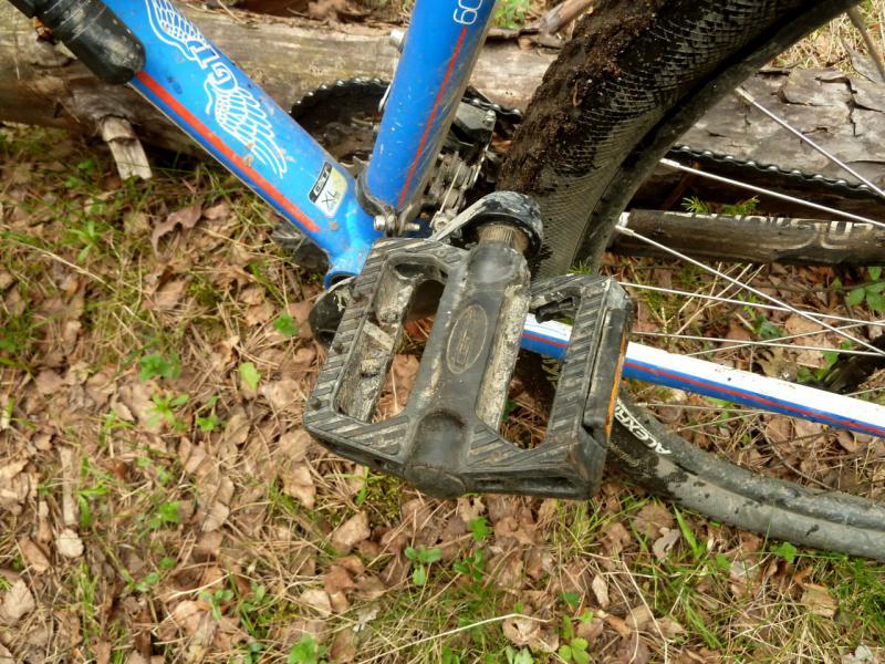 20160516. Сломанная педаль моего велосипеда, не выдержавшая вес в восемьдесят килограмм на ухабистых лесных дорога.