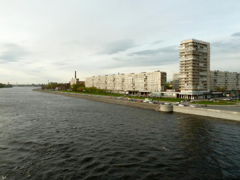 20160516. Вид с Володарского моста на Октябрьскую набережную реки Нева.
