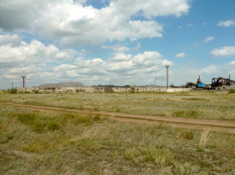 20150823. Вид со стороны степи на склад исходного материала аксуского завода ферросплавов.