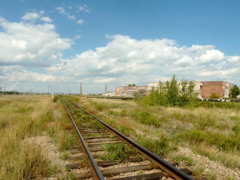20150823. Магистральная железнодорожная линия Павлодар-Семипалатинск на подъезде к ЖД-вокзалу городка Аксу.