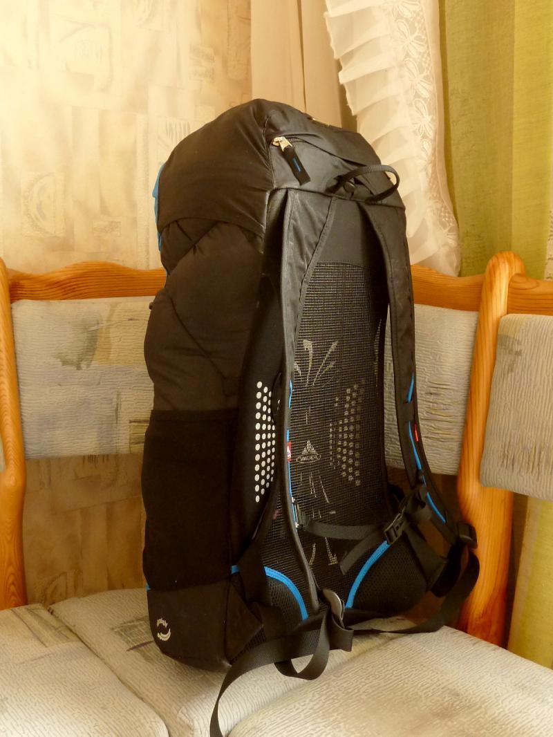 """Вид с полуоборота штурмового рюкзака """"Vaude Ultra Hiker 30""""."""