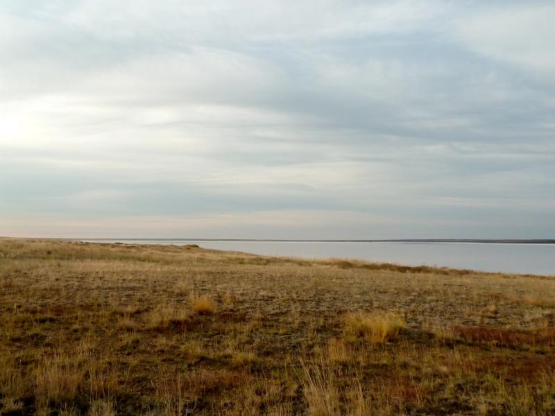 20150917. Вид с северо-востока на горько-солёное озеро Алтыбайсор, что неподалеку от заброшенного села Целинное.