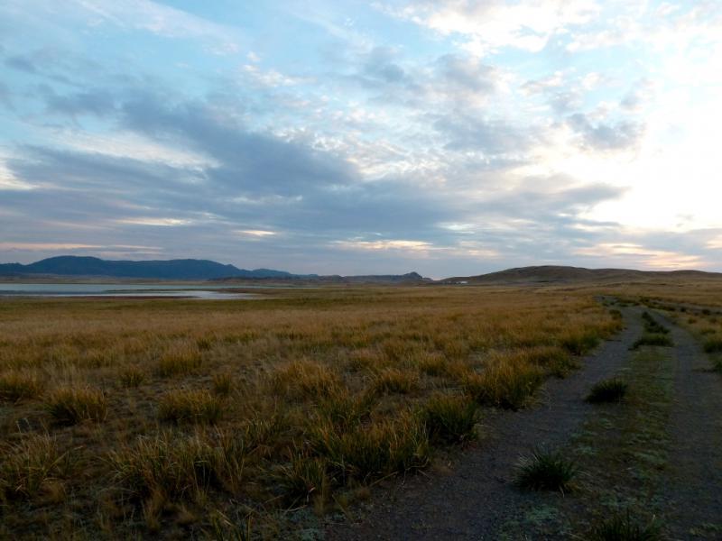 20150917. Огибаем солёное озеро Карасор, чтобы заночевать в виднеющихся впереди холмах.
