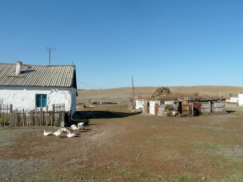 20150918. Типичный двор индивидуального домашнего хозяйства в посёлке Торайгыр.