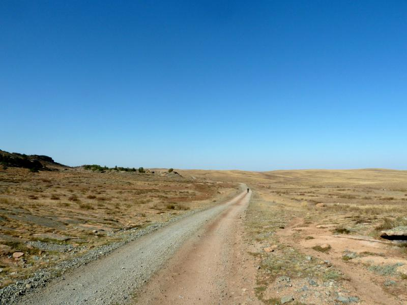 20150918. Грунтово-гравийная грейдерная дорога с северной стороны Баянаульских гор.