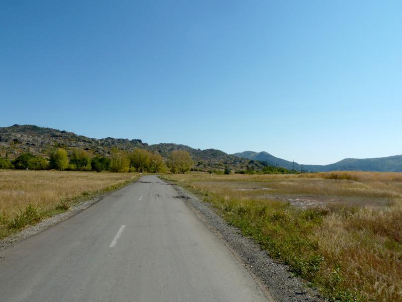 20150918. Асфальтовая дорога внутри котловины Баянаульских гор.