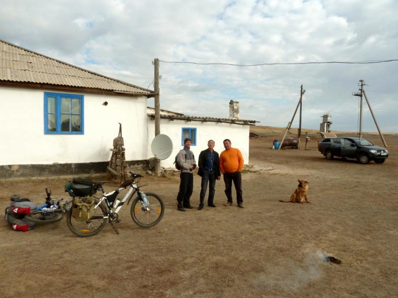 20150919. На зимнике Онбиркора. Слева Григорьев Станислав (Павлодар), справа двое местных жителей.