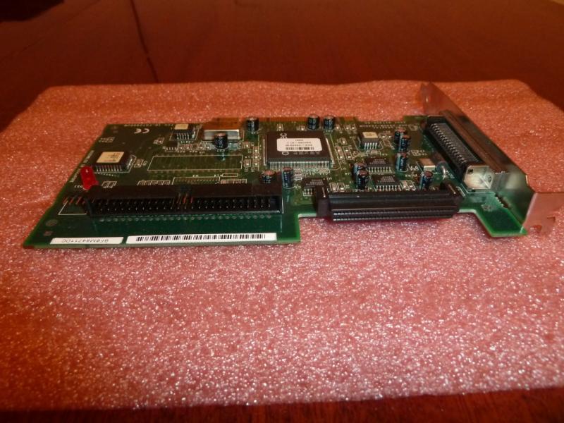 Adaptec AHA-2940W/2940UW: общий вид со стороны разъёма подключения внутренних SCSI-устройств.