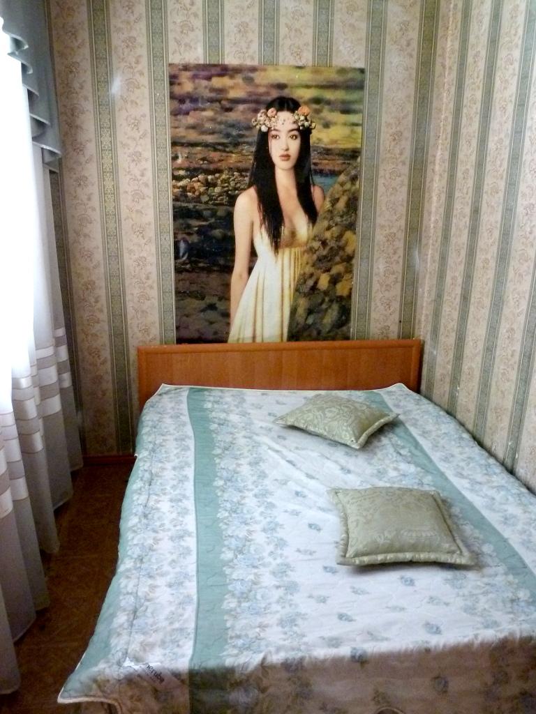 """20130528. В спальне моего номера в гостинице """"Магнит""""."""