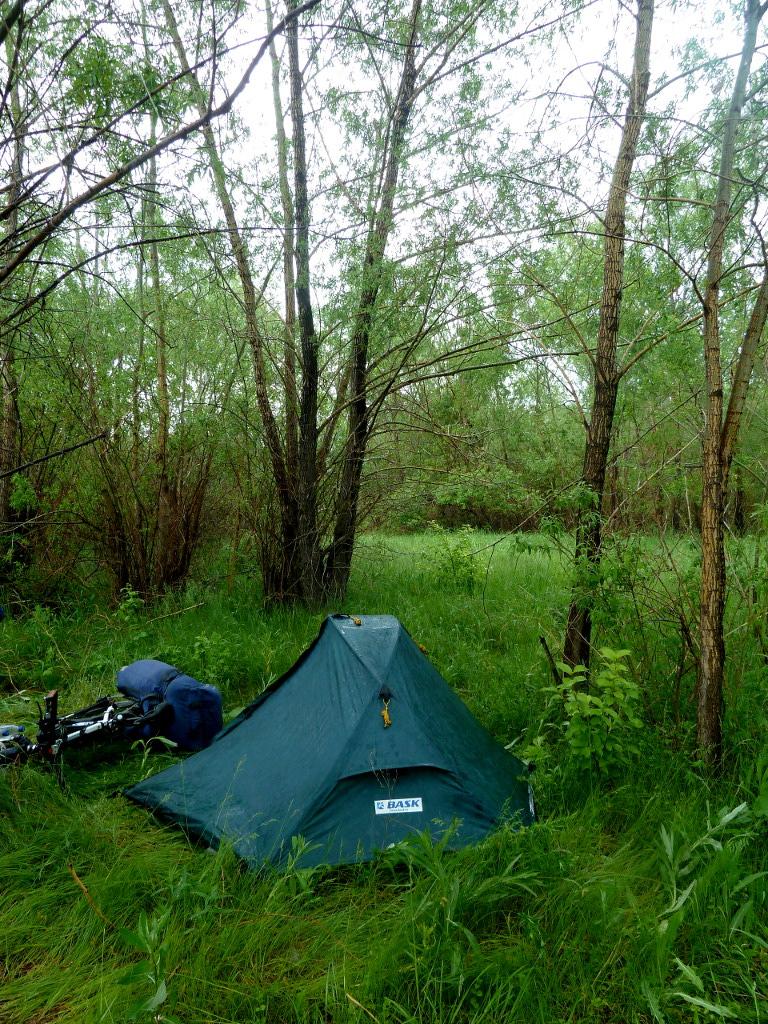 20130602. Палатка под дождём: всё вокруг мокрее мокрого.