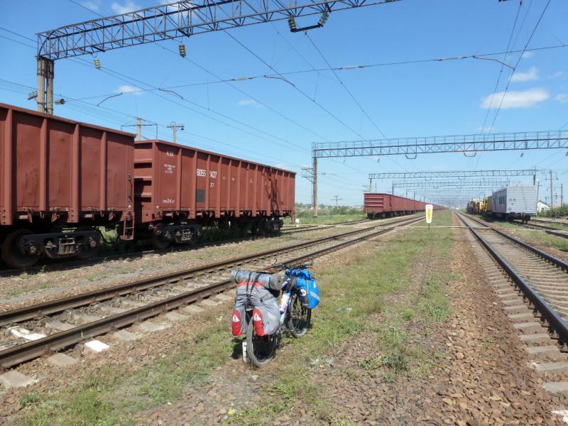 20160805. Мой велосипед в снаряжённом состоянии между путей на железнодорожной станции Щидерты (Казахстан, Павлодарская область).