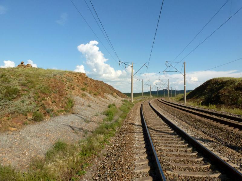 20160806. У рельс прорезающей сопку железнодорожной линии в предгорьях Ерейментау.