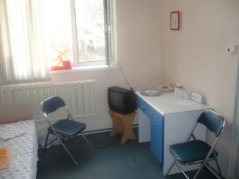 2008-й год. Вот здесь ждут. Справа дверь непосредственно в родильное отделение.
