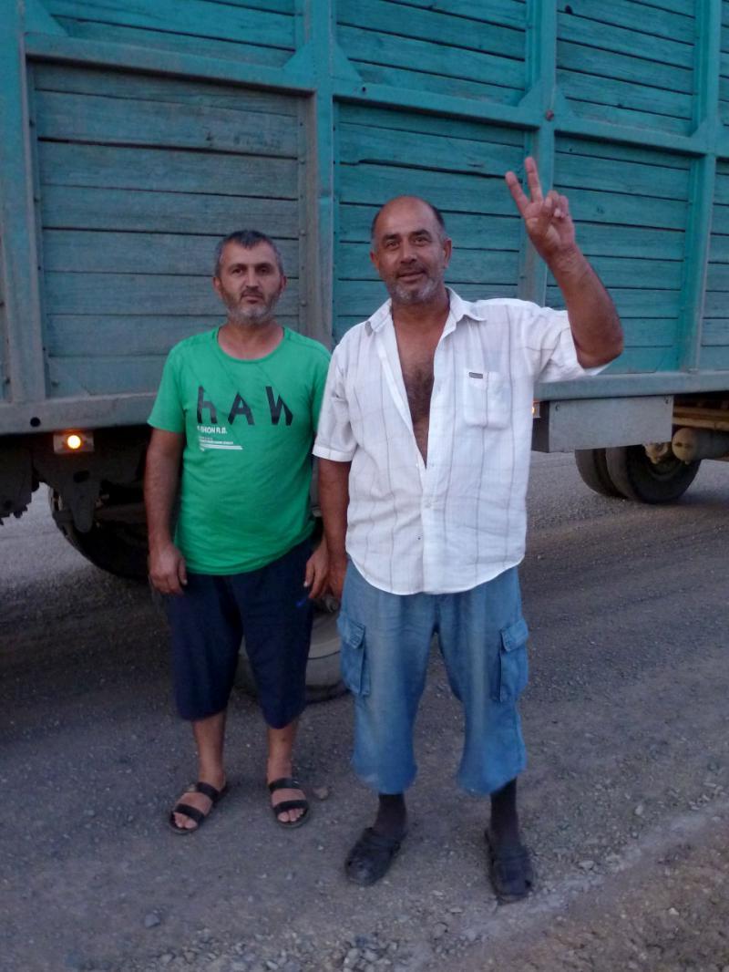 20160809. Чимкентские водители-курды - отзывчивые люди, остановившие свои тяжело гружённые грузовики, чтобы поинтересоваться, не нуждаюсь ли я в помощи.