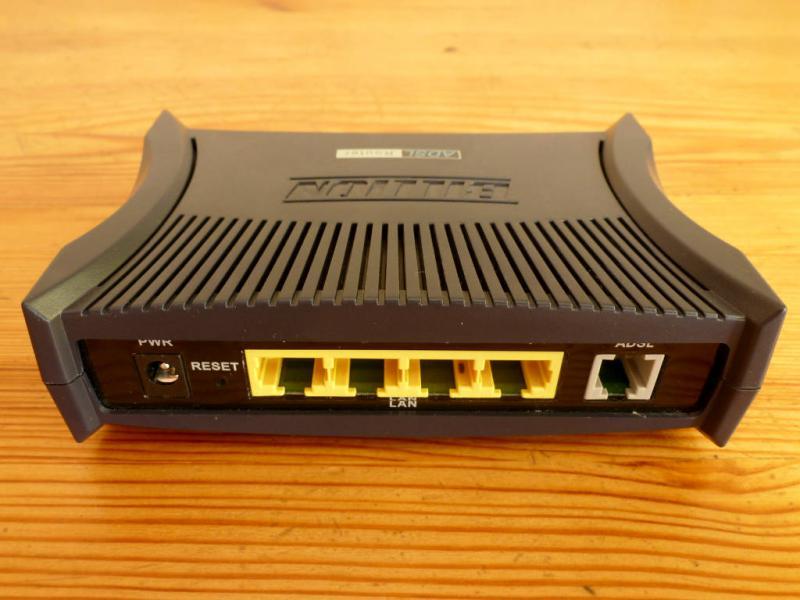 """ADSL-v2-модем """"Billion BiPAC-7300"""": вид со стороны интерфейсных разъёмов."""