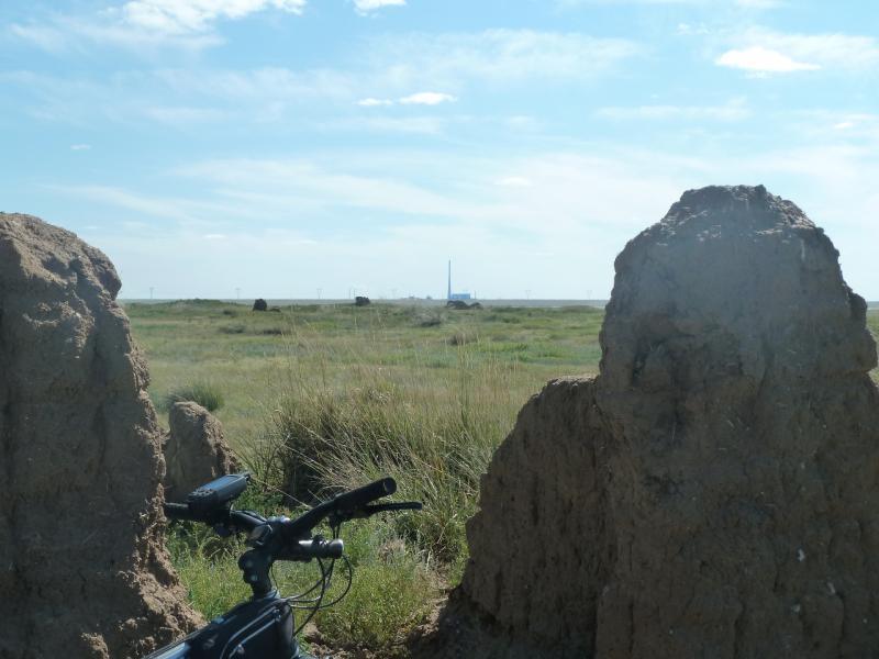 20110806. Павлодар-Астана. Развалины у солёного озера Туздысор.