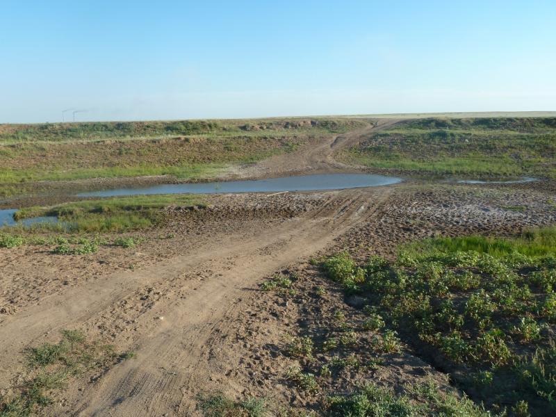 20110806. Павлодар-Астана. Переправа по дну пересохшего Щидертинского канала.