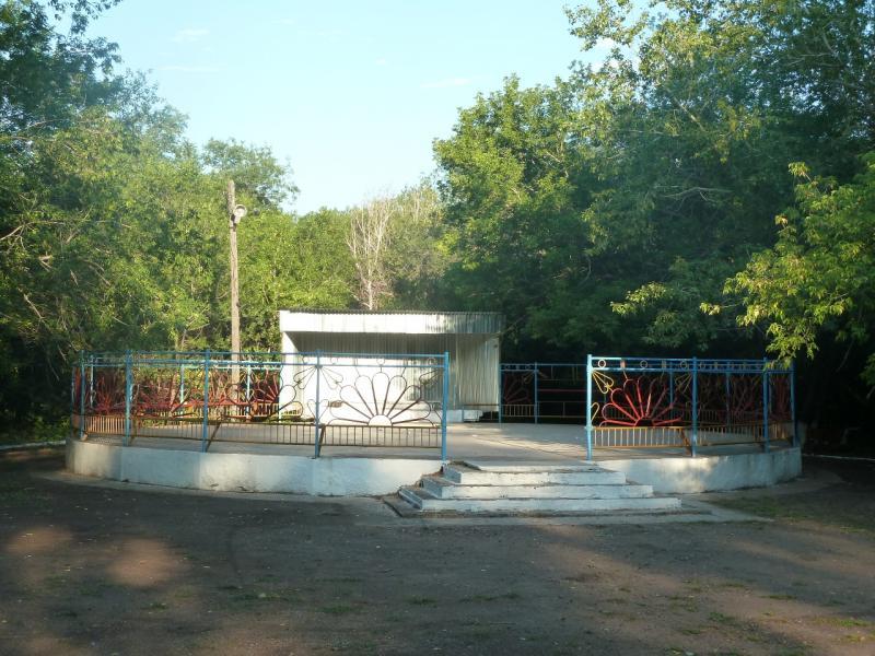 20110811. Павлодар-Астана. Площадка для танцулек нигде не бывает заброшенной.