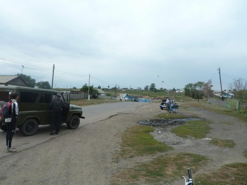 20110820. Боровое. Ловим попутку на главной улице села Дорофеевка.
