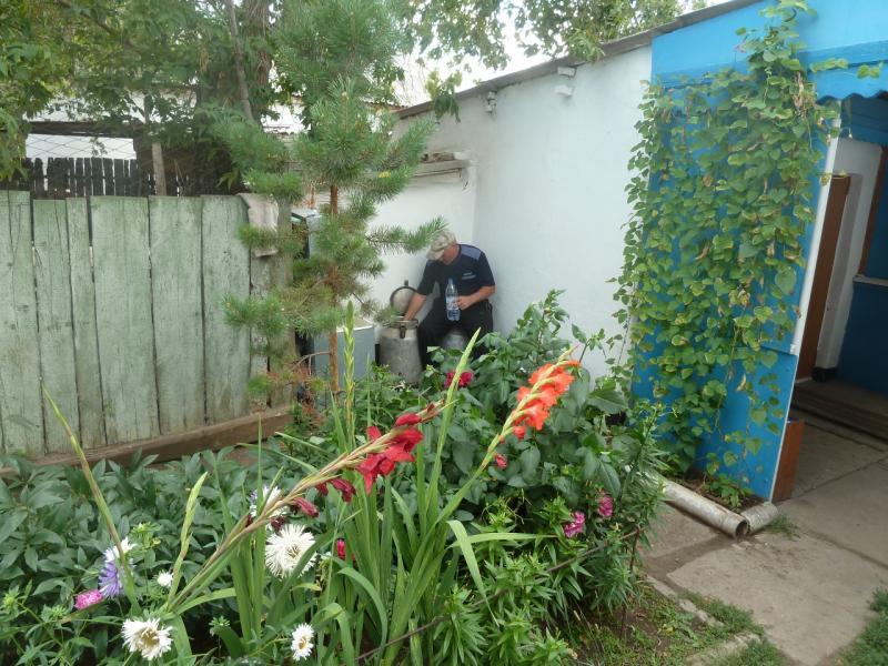 20110824. Боровое-Павлодар. В селе Шолаксор угостили водой из колодца с верховьев.