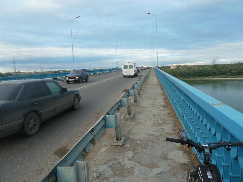 20110825. Боровое-Павлодар. Знакомый до столбика и выбоины тротуар.