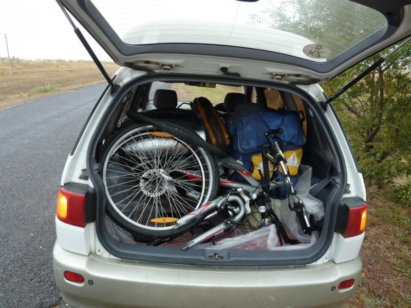 """20110925. Чалдай-Павлодар. Два велосипеда с рюкзаками отлично помещаются в багажнике """"минивена""""."""