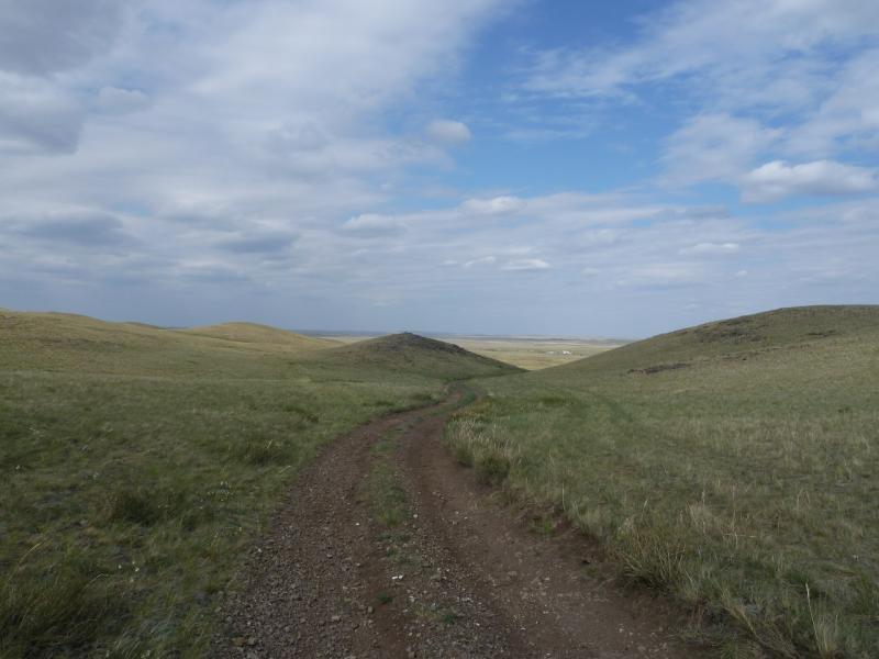20120507. Окраинами мелкосопочника: на выезде из гор Топлак в долину.