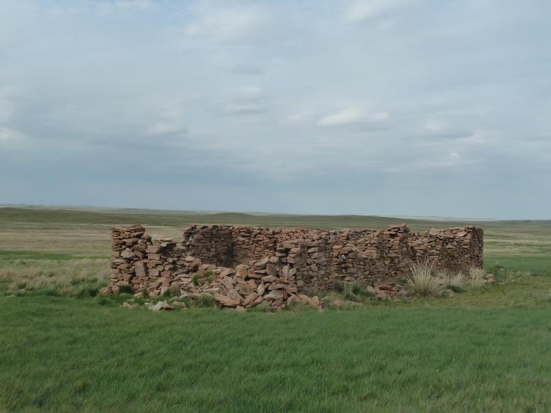 20120507. Окраинами мелкосопочника: развалины