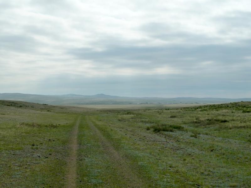 20120508. В Баянаул: спуск к селу Кокдомбак вдоль склона одноимённой горы.