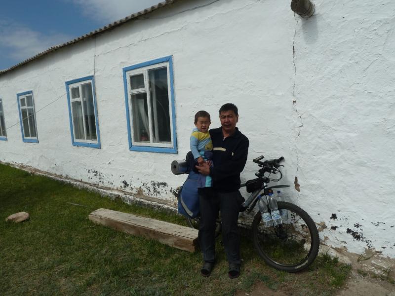 20120508. В Баянаул: гостеприимный хозяин в селе Кокдомбак.