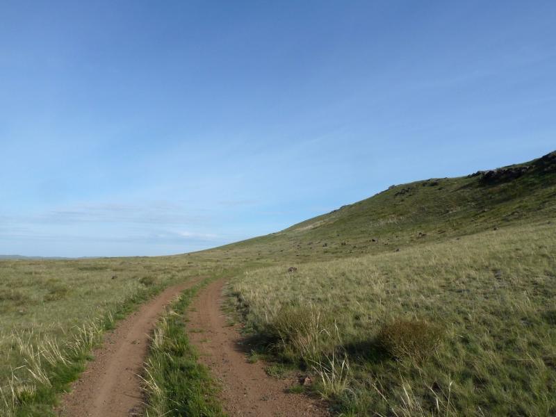 20120510. Степями до Курчатова: дорога на Курчатов в районе горного хребта Найманжал.